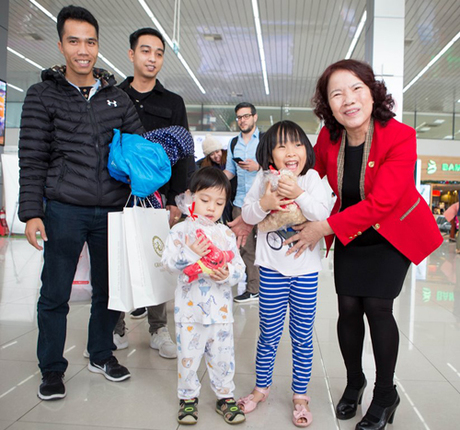 Hoa và các quà tặng xinh xắn được lãnh đạo Vietjet gửi tặng hành khách thay lời chúc năm mới may mắn, bình an và hạnh phúc.