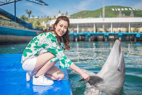 Bầu bạn với cá heo, vẹt, lạc đà cùng muôn thú tại Vườn Quý vương.