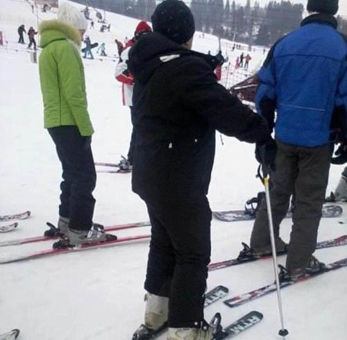 Nhiều bình luận chỏ rằng đây là hình ảnh của những người lần đầu tiên đi trượt tuyết, và họ chưa trượt thành thạo nên cứ đứng dồn lại một chỗ như thế này.