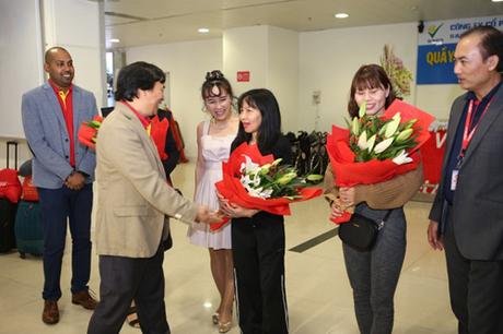 Vào đúng thời khắc chuyển giao năm mới, tại sân bay quốc tế Tân Sơn Nhất, Giám đốc Sở Du lịch TP HCM Bùi Tá Hoàng Vũ và lãnh đạo Vietjet gồm Phó Tổng Giám đốc Nguyễn Đức Thịnh, Tô Việt Thắng, đã chào đón đoàn khách đầu tiên trên chuyến bay VJ173 từ Hà Nội đến.