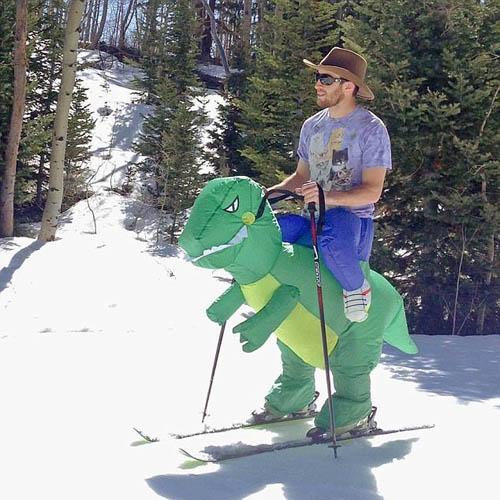 Nếu không tự trượt tuyết, bạn có thể nhờ khủng long giúp sức.