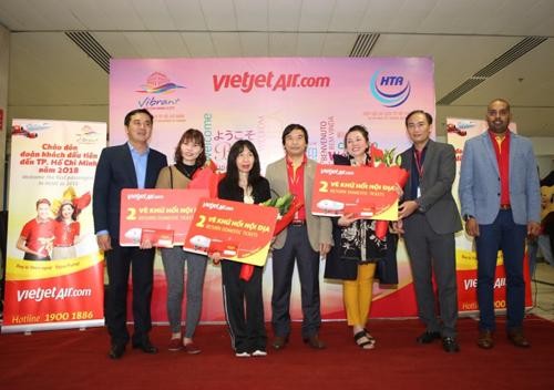 Ba hành khách may mắn đầu tiên trên đi trên chuyến bay này được các lãnh đạo chào đón và nhận quà tặng là vé máy bay khứ hồi nội địa của Vietjet.