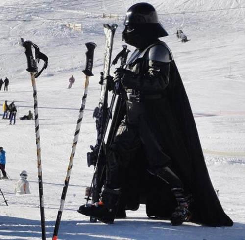Một du khách trong trang phụcDarth Vader của Stars War tại một khu trượt tuyết.