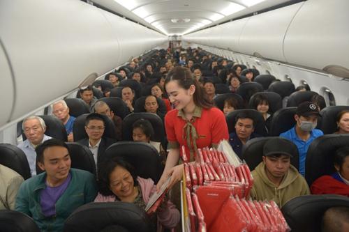 Trên chuyến bay chào năm mới của hãng, hành khách bất ngờ được tham gia rút thăm may mắn trúng vé máy bay khứ hồi và nhận các quà tặng thú vị.