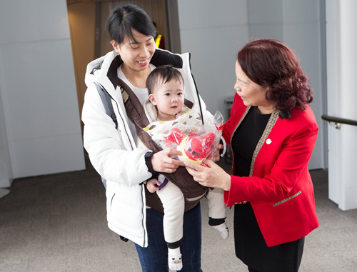 Chủ tịch HĐQT Vietjet Nguyễn Thanh Hà và các lãnh đạo Vietjet ra cửa tàu bay để chào đón các hành khách đầu tiên đến Thủ đô Hà Nội trên chuyến bay VJ981 từ Busan (Hàn Quốc).