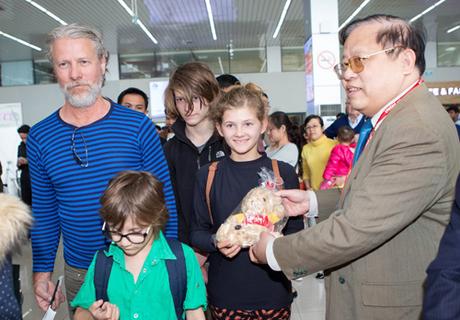 Phó Tổng giám đốc Nguyễn Đức Tâm tiễn những hành khách trên chuyến bay VJ509 từ Hà Nội  Đà Nẵng.