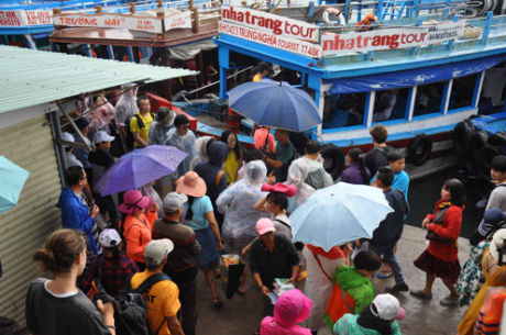 Khách đổ về bến tàu đi tour tham quan đảo ở Nha Trang. Ảnh: An Phước.