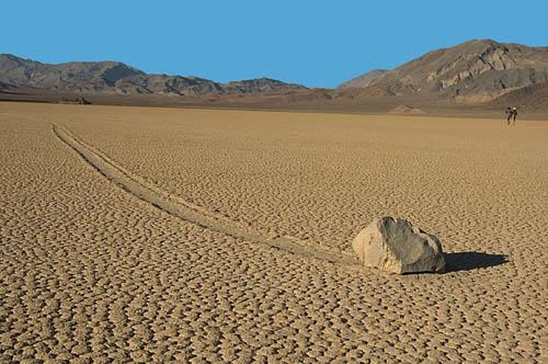 Những hòn đá di chuyển một cách kỳ lạ trong thung lũng chết. Ảnh: Amusing.