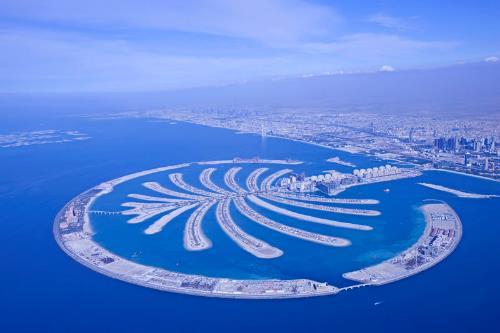 Dubai - Siêu đô thị xứ Ả Rập  Sau khi có dịp được quá cảnh ở Dubai trong chuyến đi châu Âu lần trước, Thiên Minh quyết tâm sẽ khám phá xứ sở giàu có với nhiều điều kỳ thú này trong năm 2018. Tại đây, du khách có thể khám phá khả năng và sức sáng tạo vô hạn của con người qua những công trình đạt kỉ lục thế giới như quần đảo nhân tạo lớn nhất thế giới, hồ cá treo lớn nhất thế giới hay dạo bước thưởng hoa tại Miracle Garden, vườn hoa lớn nhất thế giới. Nếu bay cùng hãng hàng không Emirates, hành khách có thể chọn gói quá cảnh Dubai với visa có giá trị trong 96 giờ để vào tham quan thành phố với rất nhiều khu vực tham quan công cộng miễn phí như bể cá khổng lồ ở trung tâm thương mại Dubai Mall, thăm trường đua ngựa Meydan và thưởng thức những cuộc đua miễn phí cho tất cả mọi người.