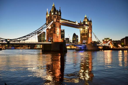 London - Thành phố sương mù bên bờ sông Thames Chàng nhiếp ảnh gia cho biết nếu là tín đồ của các tác phẩm nghệ thuật hoàn mỹ thì London chính là nơi bạn cần ghé thăm. Tại đây, bạn sẽ có cơ hội ngắm các tác phẩm của da Vinci và Monet tạiPhòng triển lãm Quốc gia, khám phá Nghệ thuật Aztec và thăm những xác ướp Ai cập ở Bảo tàng Anh nổi tiếng thế giới, hay chiêm ngưỡng tác phẩm nghệ thuật hiện đại tại Tate Modern hoặc tác phẩm cổ điển tại Tate Britain. Đặc biệt, tất cả hoàn toàn miễn phí vé thăm quan. Hay vào một buổi chiều mát mẻ, bạn có thể đi dạo dọc quãng trường Trafalgar Trái tim của London để được trải nghiệm như một người du hành thời gian lạc giữa rừng các công trình kiến trúc phong cách cổ điển nối đuôi nhau như cột Nelson và các tượng sử tử vây quanh hay nhà thờ St. Martin in the Fields công trình cổ nhất trong quần thể Trafalgar.