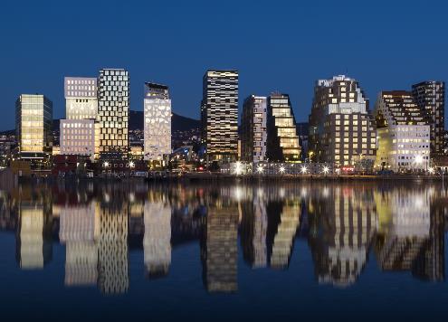 Oslo - Chú hổ duyên dáng vùng Scandinavia  Oslo là thành phố có vẻ đẹp quyến rũ với biển, núi đan cài hai bên. Thiên Minh cho biết thành phố này nằm ở vùng Scandinavi ở Bắc Âu, nhưng lại có nhiều nét văn hóa giao thoa với miền Nam châu Âu rất thú vị nên rất đáng để trải nghiệm một lần. Năm 2018 là thời điểm thích hợp nhất để du lịch thủ đô Na Uy. Nhà hát thành phố sẽ kỷ niệm 10 năm thành lập và đặc biệt là lễ kỷ niệm 50 năm hôn lễ của nhà vua và hoàng hậu nước này. Vì thế, để chào mừng đại lễ, ngay từ đầu năm đã có vô số những buổi biểu diễn hòa nhạc và sự kiện văn hóa được tổ chức mà du khách không nên bỏ lỡ. Bên cạnh đó, kiến trúc ở Oslo sẽ khiến bạn lưu luyến khôn nguôi bởi thành phố sở hữu hàng loạt những công trình đương đại rất ấn tượng.