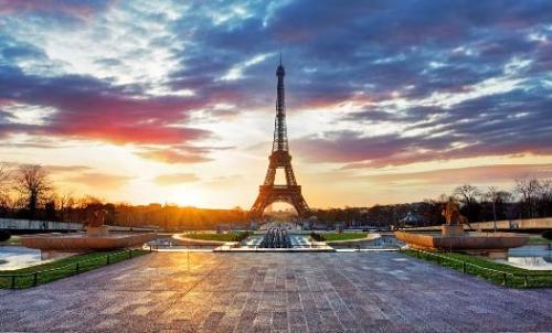 Paris -Thánh đường của những tâm hồn lãng mạn  Thiên Minh chia sẻ: Minh không biết điều này có chính xác không, nhưng Minh luôn cảm thấy rằng, nơi đầu tiên trên thế giới này mà tất cả chúng ta đều ước mơ được đặt chân tới, chính là Paris. Tới đây, bạn có thể sẽ ngẩn ngơ chiêm ngưỡng hình ảnh tháp Eiffel kiêu hãnh vươn lên giữa bầu trời Paris trong vắt, hay thảnh thơi tản bộ giữa màu vàng của những hàng lá thay màu khi vào thu trong khi đắm mình trong tiếng Acordion dập dìu nơi những quán cafe xinh xắn trên vỉa hè. Nếu tới Paris vào mùa thu, hãy nhớ chuẩn bị cho mình một đôi giầy thật êm để đi dạo trên đoạn đường 2,2km của đại lộ Champs-Elysees sau đó kết thúc ngày bằng một ly vang đỏ bên ánh nến lấp lánh theo đúng phong cách Pháp cùng người yêu, đây sẽ là trải nghiệm có một không hai trong đời.