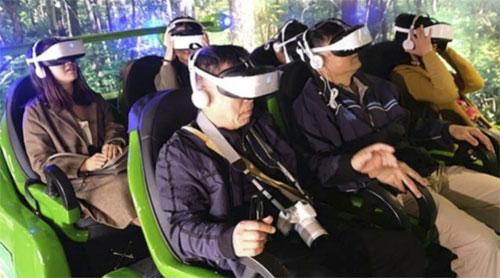 Nhiều người cảm thấy rất hào hứng khi trải nghiệm đeo kính thực tế ảo. Ảnh: SMCP.