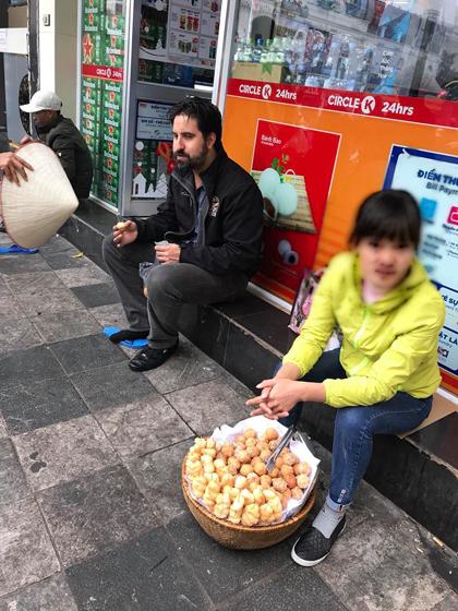 Du khách nước ngoài bị ép sửa giày và mua bánh rán. Ảnh: Thuy Kieu.