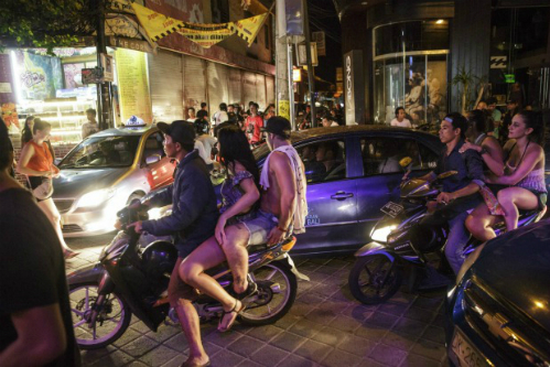 Nhiều du khách không tuân thủ luật giao thông tại Bali. Ảnh:Traveller.