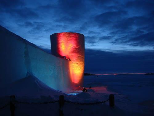 Lâu đài tuyết ở Kemi lộng lẫy trong đêm. Ảnh: Atlat.