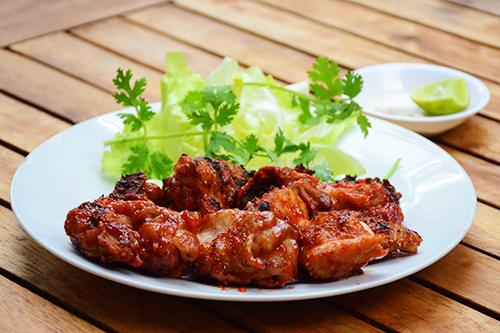 Gà nướng chao đỏ và gỏi cá bớp cho bữa trưa đổi vị ở Sài Gòn - 1
