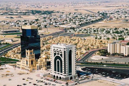 Qatar là một quốc gia giàu có bậc nhất tại Trung Đông, nằm trên bán đảo nhỏ Qatar thuộc phía Đông Bắc của bán đảo Arab.