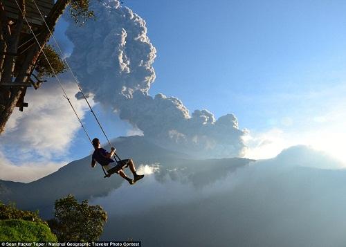 Chiếc xích đu treo lơ lửng trên sườn núi trở thành đề tài được quan tâm trong cuộc thi ảnh của National Geographic. Ảnh: Sean Hacker Teper.