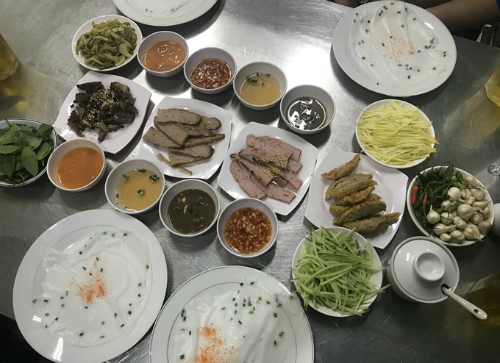 Món bánh ướt có đồ ăn kèm đa dạng.