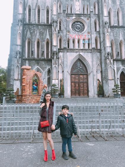 Trương Quỳnh Anh và con trai vừa có chuyến đi Hà Nội chớp nhoáng 2 ngày. Dù không có nhiều thời gian, cả hai vẫn tranh thủ ghé thăm Nhà thờ Lớn Hà Nội.