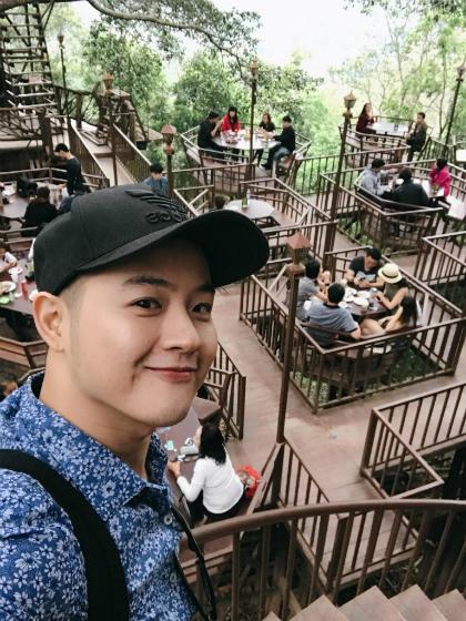 Ca sĩ Thanh Duy check-in quán cà phê cây nổi tiếng ở Chiang Mai. Đây là trải nghiệm trong chuyến du lịch Thái Lan từ ngày 6/1 của anh. Từ trung tâm thành phố, Duy phải lái xe 40 km trong hai tiếng, vượt qua đại lộ, đường đèo và những khúc cua tay áo mới có thể đến quán cà phê này. Quán đông nhưng bõ công anh lặn lội tìm đến. Với Duy, Chiang Mai là thành phố êm đềm hơn so với tưởng tượng ban đầu của anh.