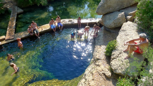 Bất chấp tên gọi là giếng tử thần, ngày nay vẫn có hàng nghìn du khách đổ về nơi đây mỗi năm để bơi lội ở Jacob. Ảnh: AmusingPlanet.