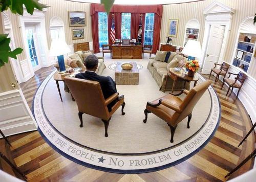 Căn gác phía trên Phòng Bầu DụcNhiều người tin rằng Phòng Bầu Dục (ảnh)có căn gác xép là nơi cư trú của những hồn ma. Một trong số đó là William Henry Harrison giữ chức tổng thống trong thời gian ngắn nhất và cũng là người đầu tiên chết tại văn phòng.Người ta kể rằng những tiếng xục xạo bí ẩn phát ra từ căn gác trên phòng bầu dục sau khi ông mất từng được phát hiện. Ngoài ra, một nhân viên bảo vệ thời tổng thống Truman đã báo cáo rằng từng nghe thấy giọng nói Tôi là David Burns vọng từ căn gác đó. David Burns là người phản đối việc xây dựng Nhà Trắng trên mảnh đất của mình vào năm 1970, nhưng sau đó buộc phải từ bỏ. Ảnh:Pinterest.