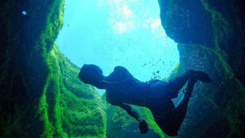 Phía dưới miệng giếng là một trong những nơi nguy hiểm chết người nhưng vẫn có rất nhiều người liều mạng lao xuống tìm cảm giác mạnh. Ảnh: AmusingPlanet.