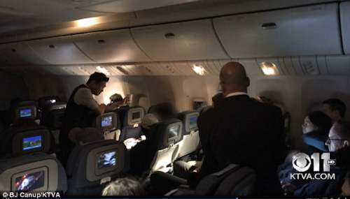 Phi hành đoàn nói chuyện với nam hành khách. Ảnh: KTVA.