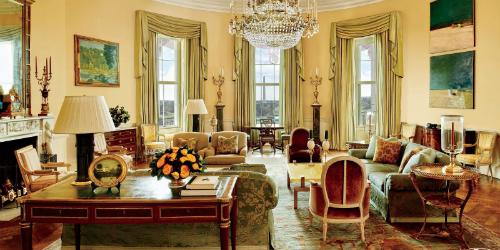 Phòng ngủ tầng 2Nhiều phòng ngủ tầng hai được sử dụng cho gia đình tổng thống và khách. Một cặp vợ chồng từng thấy bóng ma của người lính Anh đang cố gắng đốt cháy giường của họ. Một số ý kiến cho rằng đây chính là người đã phóng hỏa Nhà Trắng trong chiến tranh năm 1812. Ngoài ra, con gái Tổng thống Lyndon B. Johnson từng nhìn thấy hồn ma con trai của Lincoln, người đã chết trong căn phòng cô đang ở khi đó.