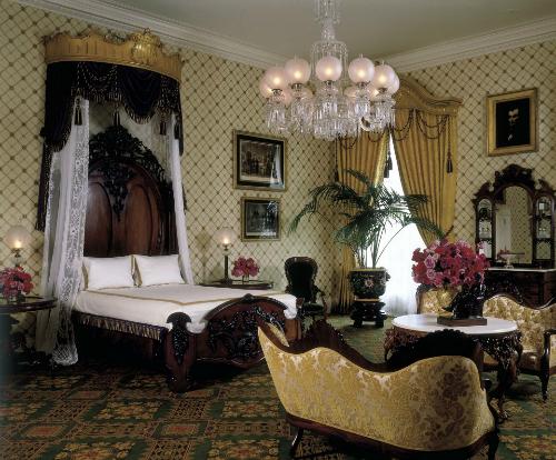 Phòng ngủ của LincolnVới sự xuất hiện thường xuyên của Lincoln tại những nơi khác nhau trong danh sách này, không có gì ngạc nhiên khi phòng ngủ của ông xếp thứ nhất. Rất nhiều tổng thống, đệ nhất phu nhân và các con họ đã nhìn thấy hồn ma Lincoln bên cạnh lò sưởi hoặc nhiều nơi trong phòng. Một số người khác còn kể rằng có lúc đèn tự động bật lên và các chỗ lạnh khó hiểu trong căn phòng.Ảnh: White House Museum.