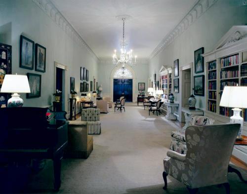 Đại sảnh trung tâm tầng 2Tầng 2 là nơi ở của đệ nhất gia đình Mỹ, vì vậy thường có những câu chuyện về linh hồn của các vị tổng thống đã khuất và người thân họ. Một trong những câu chuyện ma quỷ được kể lại nhiều nhất là sự rùng rợn vềmón đồ được Tổng thống Lincoln yêu thích khi còn sống. Thậm chí, Đệ nhất phu nhân Eleanor Roosevelt, Tổng thống Truman và nhiều nhân viên từng nghe thấy tiếng nói của Lincoln.
