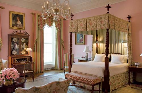 Phòng ngủ Hoa Hồng Đây là căn phòng thường xuyên được hồn ma của chủ nhân cũ ghé thăm. Rất nhiều nhân viên Nhà Trắng đã nhìn thấy hoặc nghe thấy tiếng cựu Tổng thống Jackson trong phòng, ông thường cười vui vẻ hoặc chửi rủa dữ dội. Ngoài ra, căn phòng còn có một chỗ lạnh buốt không thể giải thích được là phía trên chiếc giường canopy.Ảnh: White House Museum.
