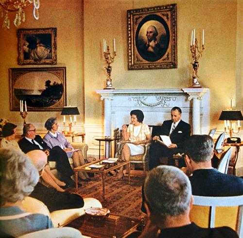 Phòng Bầu Dục màu vàng Dưới thời Lincoln, phòng này là thư viện cá nhân và là một trong những nơi ưa thích tại Nhà Trắng của ông. Rất nhiều nhân viên đã thấy Lincoln đang nhìn ra từ cửa sổ phòng này sau khi ông mất. Đệ nhất phu nhân Mary Todd Lincoln cũng kể lại từng nhìn thấy bóng ma của cả hai Tổng thống Thomas Jefferson và John Tyler ở đây. Ảnh:White House Museum.