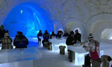 Lâu đài tuyết nằm trên vịnh Bothnian là điểm đến hút khách nhất tại Kemi. Theo nhận định của nhiều người, nó đã giúp mùa đông ở Phần Lan trở nên nóng và sôi động hơn nhờ vào việc thu hút lượng lớn khách ghé thăm. Ảnh: Travelocity.