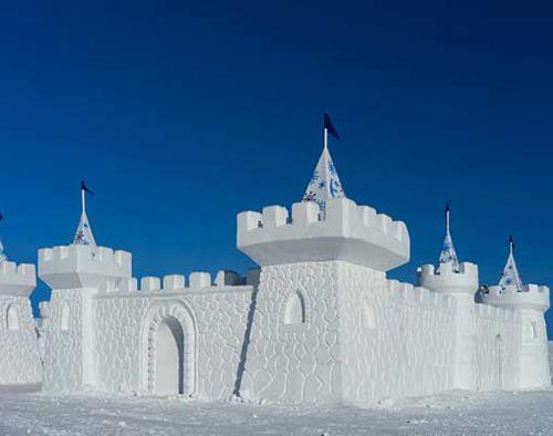 Do thành phần chính của lâu đài làm từ băng tuyết, khi mùa xuân đến, nó lại bị tan chảy. Vào mùa đông năm sau, người dân ở đây tiếp tục xây lên một lâu đài tuyết khác với những hình dáng khác nhau. Ảnh: Pinterest.