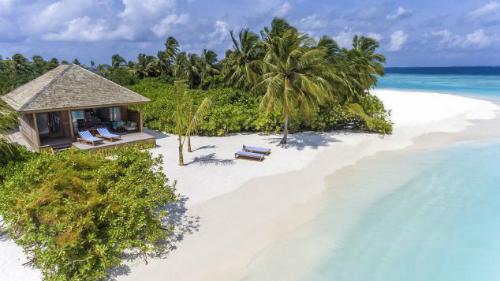 Khu resort nằm giữa không gian cát trắng, biển xanh.