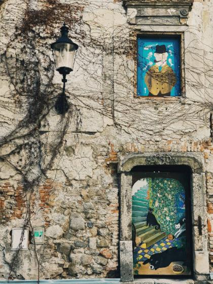 Một bức tường cũ được trang trí lại rấtnghệ thuậtở Bratislava, thủ đô Slovakia. Ảnh: Hoàng Lê Giang.