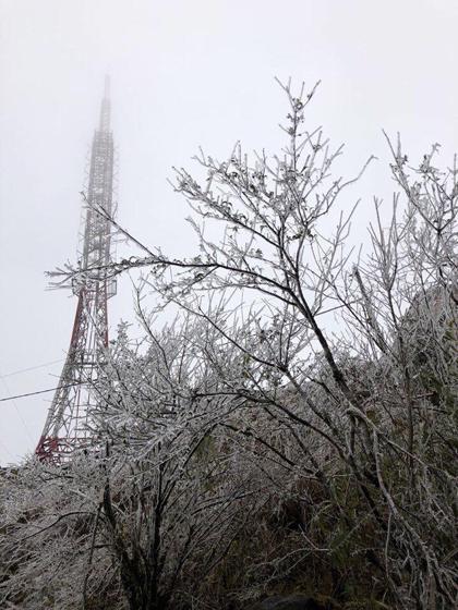 Miền Bắc vừa đón đợt gió mùa đông bắc đầu tiên và mạnh nhất trong năm 2018. Ngoài Cao Bằng, một số nơi cũng xuất hiện băng tuyết như đỉnh Mẫu Sơn ở Lạng Sơn. Với nền nhiệt độ xuống thấp gần 0 độ C, trung tâm khí tượng thủy văn trung ương dự báo các đỉnh núi cao nhiều khả năng xuất hiện băng giá.