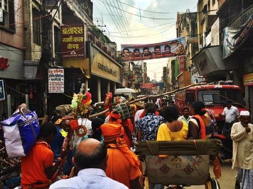 Người Ấn thường mặc trang phục sáng màu, chủ yếu là vàng và cam, khi đưa tang người quá cố. Ảnh:Gavin Fernando.