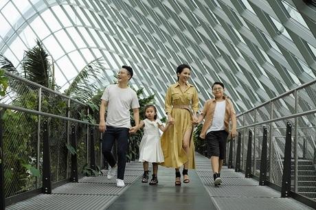 Hoàng Bách quan niệm du lịch là cơ hội cho trẻ thỏa mãn đam mê, học những điều bổ ích qua trải nghiệm thực tế. Trong đó, Singapore được vợ chồng anh xem là điểm đến lý tưởng với những địa điểm thiết kế phù hợp với trẻ nhỏ.  Gardens by the Bay  - Những khu vườn bên vịnh Đến với khu nhà kính Cloud Forest, cả gia đình không khỏi ngạc nhiên bởi khí hậu ôn đới nhân tạo được điều hòa bởi hệ thống tuần hoàn hơi nước thông minh. Nổi bật giữa vịnh Marina Bay là những Siêu cây (Supertree) xen kẽ hai khu nhà kính không cột chống lớn nhất thế giới và con đường đi bộ trên không OCBC Skyway tạo nên quần thể thăm quan Gardens by the Bay.