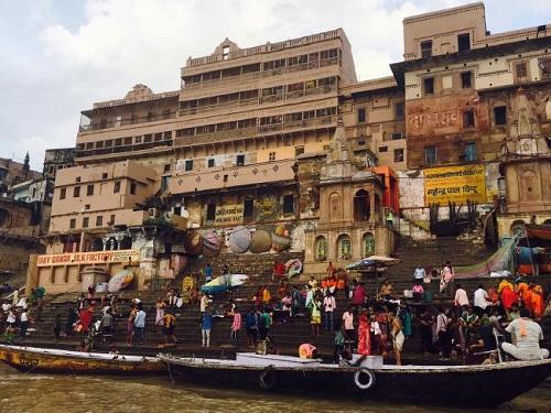 Người dân và du khách tập trung tại Ghat để xem nghi lễ hỏa táng. Ảnh:Gavin Fernando.
