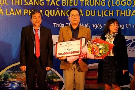 Tác giả Nguyễn Thiện Đức đoạt giải nhất thiết kế logo du lịch tỉnh Thừa Thiên Huế. Ảnh: Võ Thạnh.