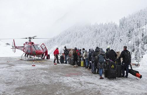 Chiều tối ngày 9/1, Thụy Sĩ đã điều máy bay trực thăng đến khu nghỉ dưỡng trượt tuyết Zermatt để sơ tán 13.000 du khách đang bị mắc kẹt. Mọi người sẽ được đưa tới một ngôi làng gần đó để được cung cấp các dịch vụ tốt hơn.