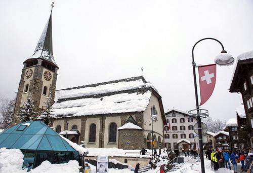 Tại thị trấn Visp ở thung lũng cách Zermatt khoảng 30 km, 20 người được sơ tán khỏi nhà sau khi một trận tuyết và bùn lở làm đất đá rơi xuống một phần ngôi làng. Không có người bị thương. Tuy nhiên, văn phòng du lịch cho biết không phải lo ngại ở Zermatt. Ddịch vụ không vận chỉ được bố trí cho những người muốn rời đi.