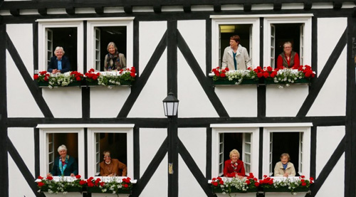 Ngôi làng với hàng trăm ngôi nhà giống nhau như lột ở Đức - 8