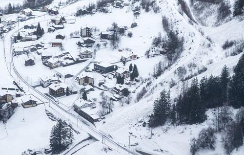 Trước đó, tuyết rơi dày khiến khu nghỉ dưỡng nằm trên dãy Alps phải đóng cửa các hoạt động vui chơi giải trí.