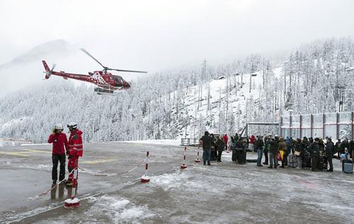 Tuy nhiên, do mưa tuyết, mọi hoạt động đi lại chỉ có thể dùng đường hàng không.
