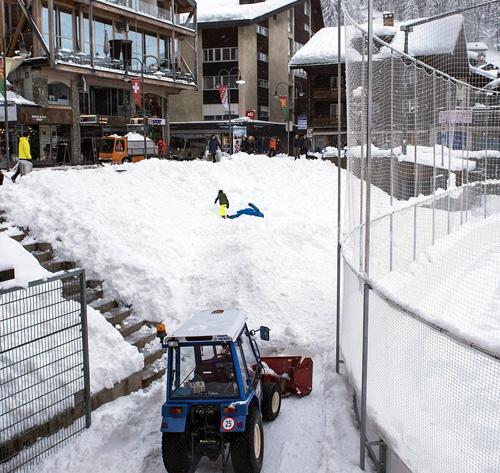 Cáp treo lên núi, đường trượt, đường mòn dành cho người đi bộ và các chuyến tàu đều tạm thời bị phong tỏa. Du khách không được phép có các hoạt động vui chơi, giải trí ngoài trời nhằm đảm bảo an toàn. Thụy Sĩ cũng đưa ra quyết định chặn đường lên Zermatt.